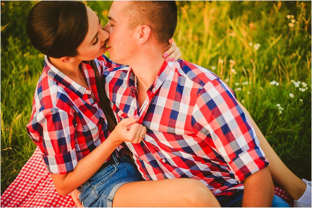 Sesja narzeczeńska, sesja na łące, stylowy piknik zdjęcia ślubne, sesja zaręczynowa, zdjęcia przed ślubem, fotograf wesele
