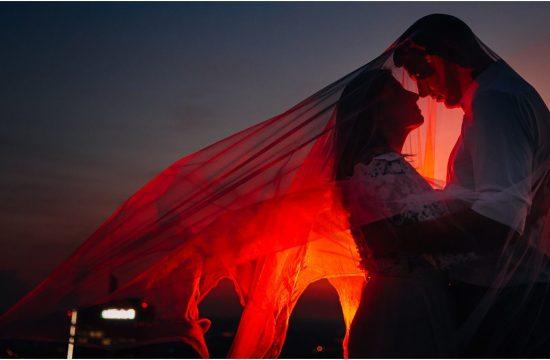 Plener ślubny na warszawskiej Pradze, zdjęcia ślubne na Pradze, sesja ślubna na dachu hotelu, plener na dachu, zachód słońca na dachu hotelu, stylizowana sesja zdjęciowa na Pradze