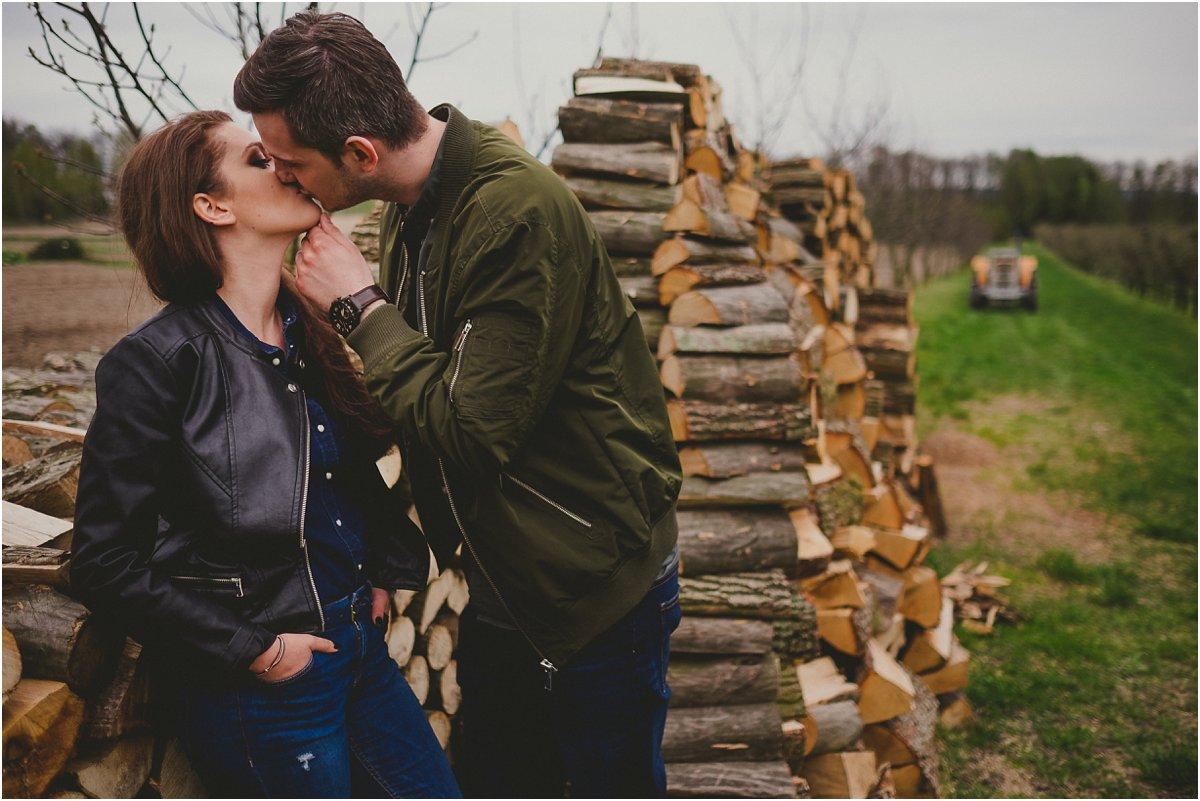 Sesja Narzeczeńska, naturalne zdjęcia ślubne, sesja zaręczynowa, zdjęcia przed ślubem, sesja w lesie, zakochani zdjęcia, narzeczeni fotografia