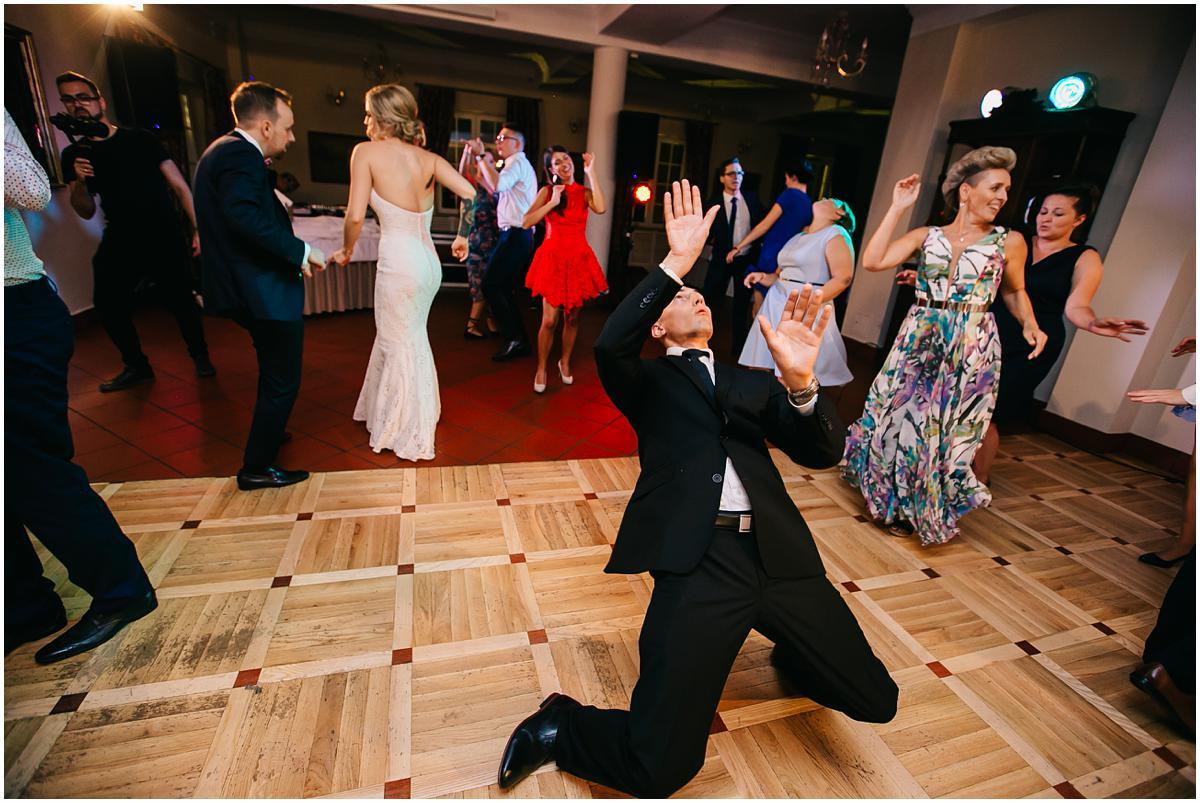 slub w stylu glamour, dwor pod kasztanowcami, wesele z klasa, eleganckie wesele, wesele dwór pod kasztanowcami, forograf slubny piaseczno, zdjecia slubne piaseczno, fotografia slubna warszawa, obraczki slubne, stylowa suknia slubna, bukiet slubny, buty do slubu, fotograf wesele
