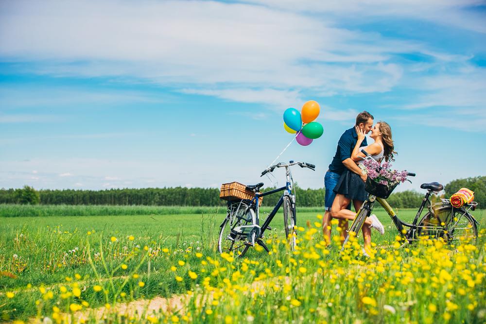 Sesja narzeczeńska z balonami, z rowerami, na łące, sesja przed ślubem, wiązanki ślubne, zdjęcia przed małżeńskie